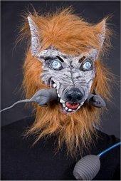 Maske Wolf mit Ratte im Maul und Handpumpe